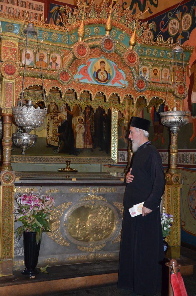 Святой блаженный Василий, Московский чудотворец. У мощей - архтипндрит Стефан (Стокис)) из Сербии