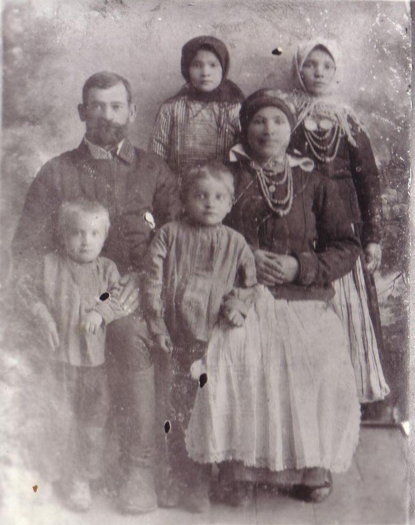 РОДИТЕЛИ — ФЕОДОСИЙ И С ДЕТЬМИ. ВАСИЛИЙ — СЛЕВА В ПАРВОМ РЯДУ. ТИХОН ИРИНА