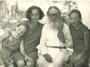 Архимандрит Серафим (Суторихин) с прихожанами