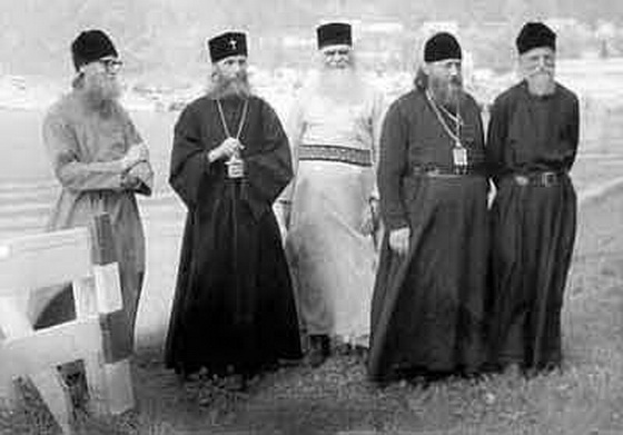 Слева направо: архиепископ Серафим, Митрополит Филарет, архиепископ Аверкий, епископ Леонтий, архимандрит Нектарий