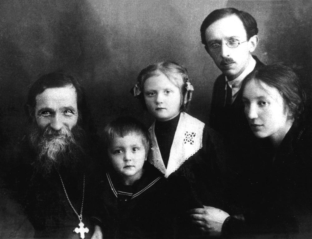 Протоиерей Александр Глаголев с семьей 1931