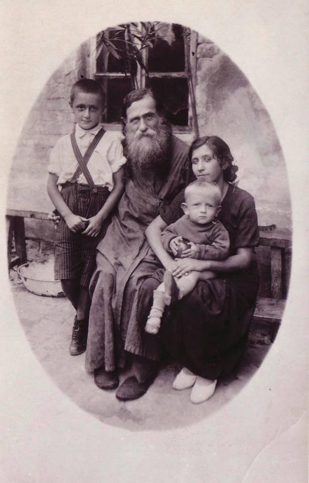 Протоиерей Александр Глаголев с дочерью Варварой и внуками Николаем и Александром