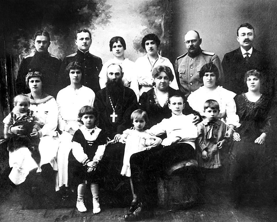 Семья Едлинских. На коленях у мамы, сын Юра - будущий протоиерей Георгий Едлинский, настоятель Макариевской церкви на Татарке.