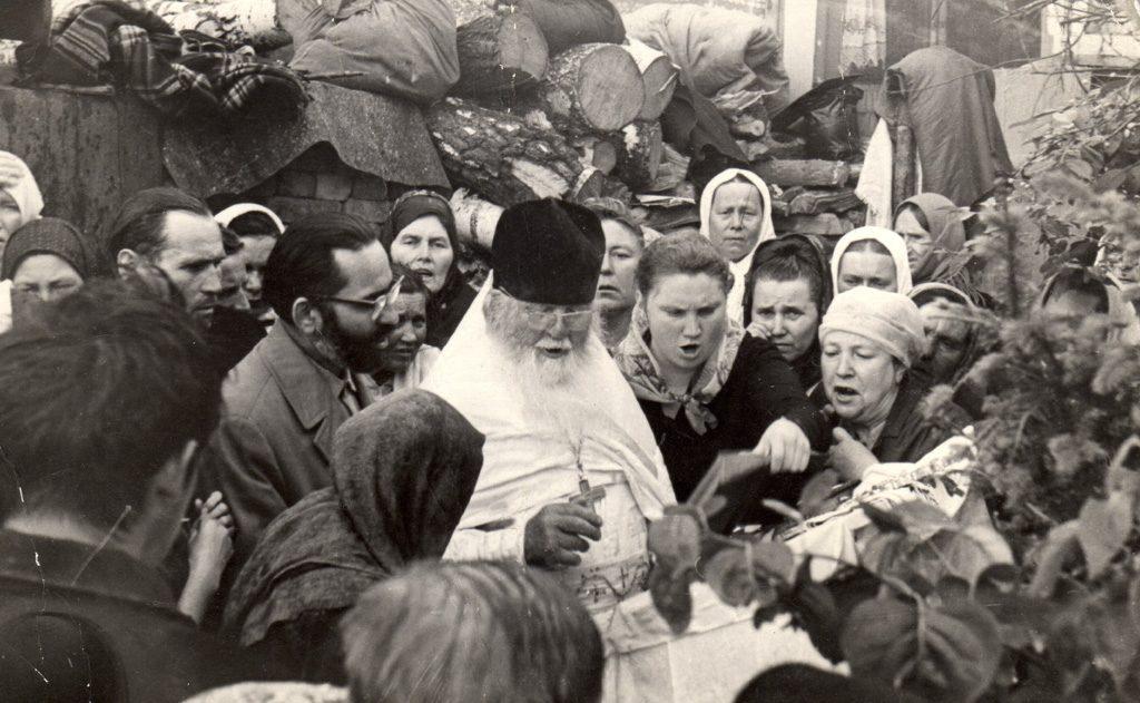 Отец Амфилохий с духовными чадами. Крайняя слева-Вера Калашникова (монахиня Варвара)