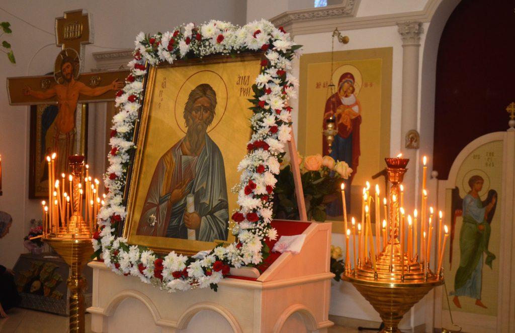 Праздничная икона украшена цветами