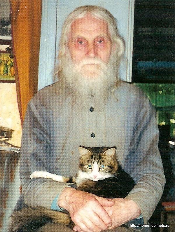 Отец Николай Гурьянов с котом Липой