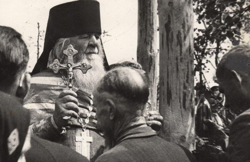 Отец Амфилохий с духовными чадами.