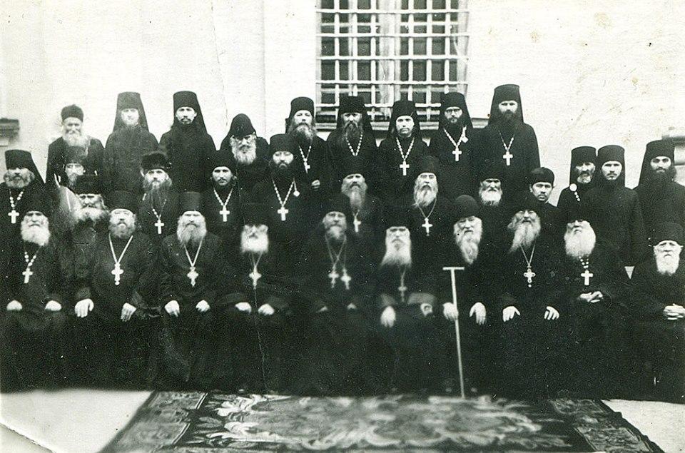 Схиигумен Кукша среди братии Почаевской лавры в конце 50-х годов при наместнике Августине (Шкварко). Верхний ряд - четвертый слева