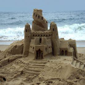 Мы крепости возводим на песке