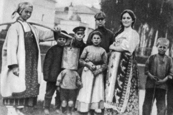 Русский поэт Сергей Есенин (3-й справа) среди односельчан-константиновцев на фоне храма Казанской иконы Божией Матери.
