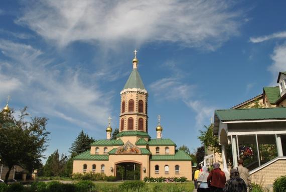 Монастырская колокольня и Святые врата