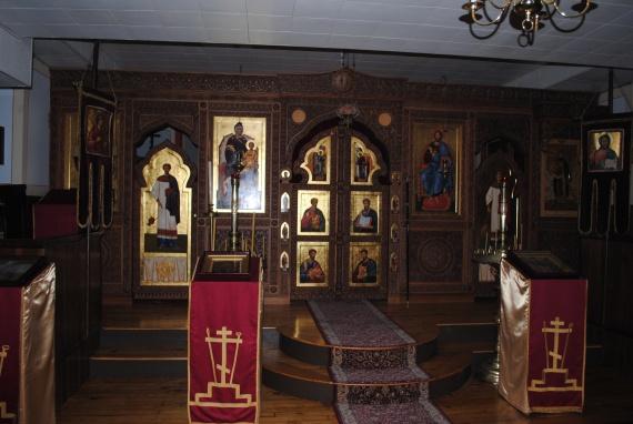 Нижний храм с чудотворными иконами Почаевской Божией Матери и прп. Иова